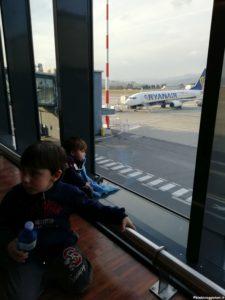 Bimbi Viaggiatori in aeroporto
