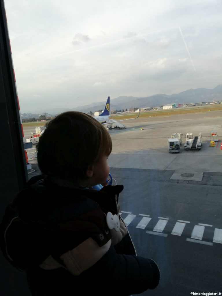 Bimbo in aeroporto