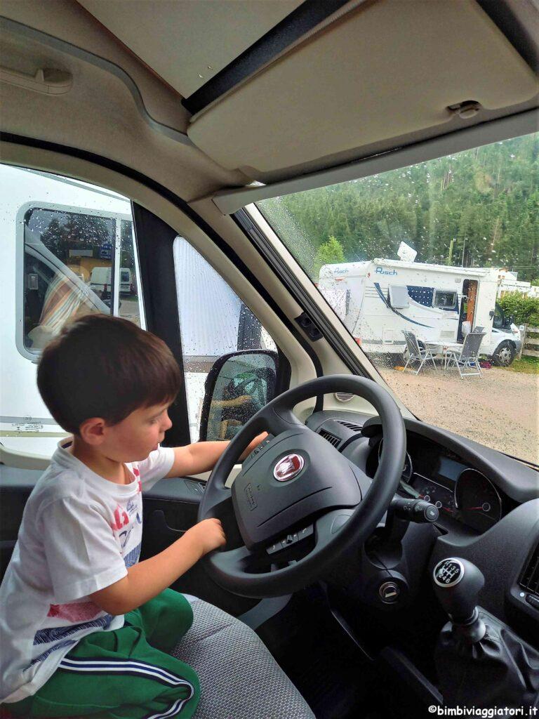Camper con bambini giochi