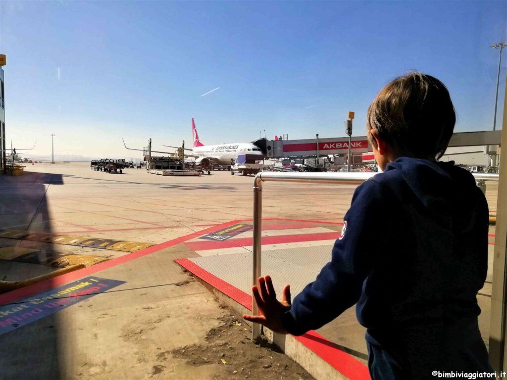 Come risparmiare sui voli con i bimbi